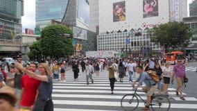 Shibuya che attraversa Tokyo archivi video