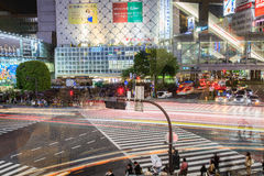 Shibuya die bij nacht Tokyo Japan kruisen Stock Afbeeldingen