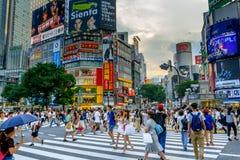 Shibuya die in Tokio, Japan kruisen Stock Foto's