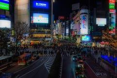 Shibuya die in Tokyo bij Nacht kruisen zoals die van het Shibuya-Postviaduct wordt gezien Stock Foto's
