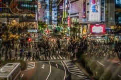 Shibuya die in Tokyo bij Nacht kruisen zoals die van het Shibuya-Postviaduct wordt gezien met Person Reflecting in het Glas Royalty-vrije Stock Foto