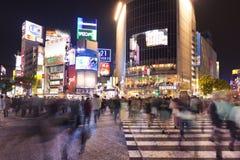 Shibuya die in Tokyo, Japan bij nacht kruisen Stock Foto