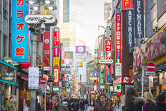 SHIBUYA, JAPÃO - 19 DE FEVEREIRO DE 2016: sinal claro colorido em Shib Foto de Stock Royalty Free