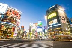 SHIBUYA, JAPAN - 19. FEBRUAR 2016: Großer Zebrastreifen Shibuya in Ja Stockfotografie