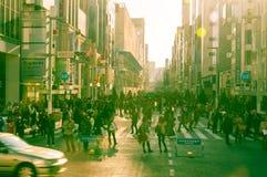 Shibuya korsning av stadsgata med folkmassafolk Arkivfoto