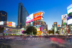 Shibuya scramble crossing in Tokyo at night, Japan Royalty Free Stock Photos