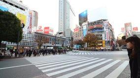 Shibuya voetgangersoversteekplaats en autoverkeer tegen dag, Tokyo, Japan stock footage
