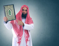Shiekh árabe islámico que presenta Quran Fotos de archivo libres de regalías