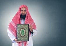 Shiekh árabe islámico que presenta Quran Foto de archivo libre de regalías