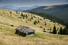 Shielings på en subalpin äng på en lutning av ett berg i de Carpathian bergen Arkivfoton