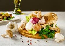 Shiitakepaddestoelen met andere groenten op de lijstachtergrond Stock Foto