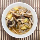 ShiitakePilzsuppe mit Zwiebel und Kartoffel Stockfotos