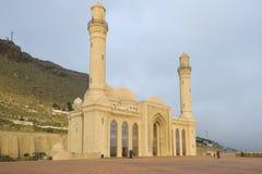Shiite Bibi-Heybat moské i den molniga Januari morgonen Shikhovo Baku arkivbilder