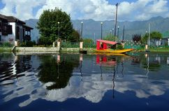 Shikara在dal湖 免版税图库摄影