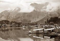 Shikara łodzie na Dal jeziorze z houseboats w Srinagar Zdjęcie Stock