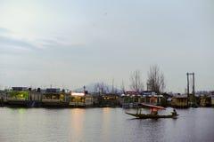 ` Shikara ` звонка шлюпки используемое местными людьми для того чтобы путешествовать крест озеро Dal стоковое изображение rf