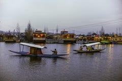 ` Shikara ` звонка шлюпки используемое местными людьми для того чтобы путешествовать крест озеро Dal стоковая фотография rf