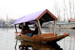 Shikara с пассажиром на озере Dal, Сринагаре, Кашмире Стоковые Фото
