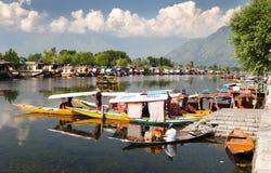 Shikara-Boote auf Dal Lake mit Hausbooten in Srinagar Lizenzfreies Stockbild