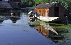 Shikara e casa flutuante imagem de stock