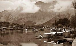 Shikara fartyg på Dal Lake med husbåtar Arkivbilder