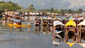 Shikara fartyg på Dal Lake med husbåtar i Srinagar Arkivbilder