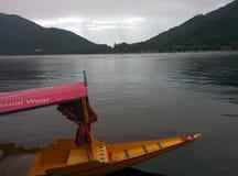 Shikara w dal jeziorze Zdjęcia Stock