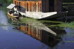 Shikara y casa flotante Foto de archivo