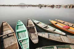 Shikaras en un lago, Dal Lake, Srinagar, Jammu And Kashmir, la India fotos de archivo