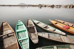 Shikaras i en sjö, Dal Lake, Srinagar, Jammu And Kashmir, Indien Arkivfoton