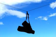 Shilhoutte van oude schoenen op waslijn Royalty-vrije Stock Foto's