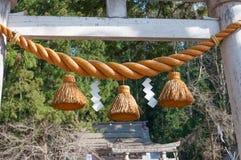 Shimenawa zrozumienie przy bramą przed Japońską świątynią Obrazy Stock