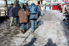 Shimla, India - Januari 16: Toeristen die op de straat in de winter, 16,2011 Januari in Shimla, India lopen Stock Foto