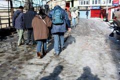 Shimla Indien - Januari 16: Turister som går på gatan i vintern, Januari 16,2011 i Shimla, Indien Arkivfoto