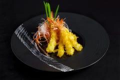 Shimps in tempura fritta sul nero Immagine Stock