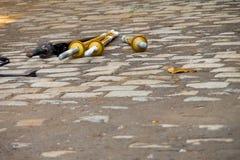 Shinai en bois d'épées se trouvant sur le plancher en pierre photo libre de droits