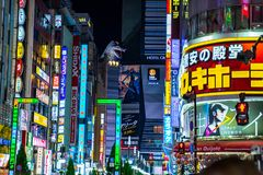 Shinjuku, Токио, Япония - 24-ое декабря 2018: Свет и Godzilla афиши рекламы за зданием в районе Shinjuku на стоковая фотография rf