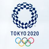 SHINJUKU ΤΟΚΙΟ, ΙΑΠΩΝΙΑ - 8 Ιουνίου 2018: 2020 σύμβολο λογότυπων Ολυμπιακών Αγώνων του Τόκιο στο μητροπολιτικό κυβερνητικό κτήριο Στοκ Εικόνες