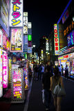 Shinjuku neonowy w Tokio Zdjęcia Royalty Free