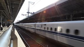Shinkansen - сверхскоростной пассажирский экспресс Японии выходя станция в утро видеоматериал