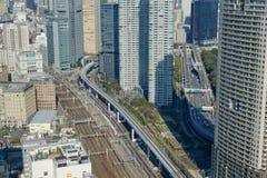 Shinkansen高速火车轨道看法在东京,日本 免版税库存照片