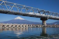 Shinkansen con la vista della montagna Fuji Fotografia Stock