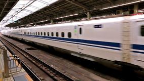 Shinkansen drev som ankommer till den Kyoto stationen, Japan stock video