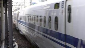 Shinkansen eller ett japanskt kuldrev som ankommer på den Nagoya stationen stock video