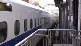 Shinkansen eller ett japanskt kuldrev som ankommer på den Nagoya stationen lager videofilmer