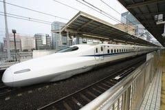 Shinkansen eller ett japanskt kuldrev stoppar på den Shinyokohama stationen Royaltyfri Fotografi