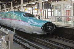 Shinkansen Hayabusa drev på den Tokyo stationen Royaltyfria Foton