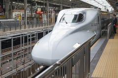 Shinkansen-Kugelzug, der zu einer Bahnstation kommt Stockfotos