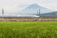 Shinkansen kuldrev och berg Fuji Arkivbilder
