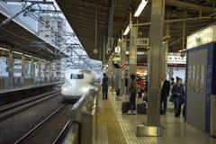 Shinkansen N700 komt aan platform aan stock afbeelding